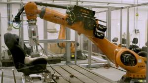 """Le """" Robutt """": Comment Ford fait transpirer un simulateur pour tester la solidité et la durabilité de ses sièges!"""